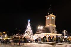 Brasov-Stad de van de binnenstad bij Nacht met Kerstboom Stock Afbeeldingen