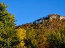 Brasov text på det Tampa berget i hösten Lövverksikt arkivfoto