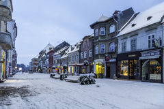 Brasov, a Transilvânia, Romênia - 28 de dezembro de 2014: Uma vista de uma das ruas principais em Brasov do centro fotos de stock