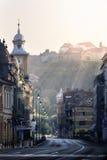 Brasov, a Transilvânia, Romênia - 28 de julho de 2015: Uma vista de uma das ruas principais em Brasov do centro Imagem de Stock