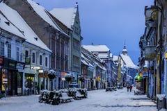 Brasov, Transilvania, Rumania - 28 de diciembre de 2014: Una vista a una de las calles principales en Brasov céntrico Imagenes de archivo