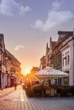 Brasov, Transilvania, Rumania - 28 de julio de 2015: Una vista a una de las calles principales en Brasov céntrico Foto de archivo libre de regalías