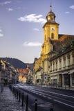 Brasov, Transilvania, Rumania - 28 de julio de 2015: Una vista a una de las calles principales en Brasov céntrico Imágenes de archivo libres de regalías