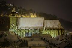 Brasov Transylvania, Rumänien - December 28, 2014: Den Brasov rådfyrkanten är den historiska mitten av staden Royaltyfria Bilder
