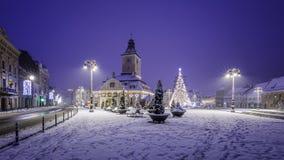 Brasov Transylvania, Rumänien - December 28, 2014: Den Brasov rådfyrkanten är en historisk mitt av staden Royaltyfri Fotografi