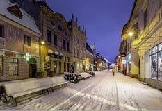 Brasov Transylvania, Rumänien - December 28, 2014: En sikt av en av de huvudsakliga gatorna i i stadens centrum Brasov Arkivfoton