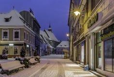 Brasov Transylvania, Rumänien - December 28, 2014: En sikt av en av de huvudsakliga gatorna i i stadens centrum Brasov Royaltyfri Fotografi