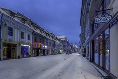 Brasov Transylvania, Rumänien - December 28, 2014: En sikt av en av de huvudsakliga gatorna i i stadens centrum Brasov Royaltyfria Foton