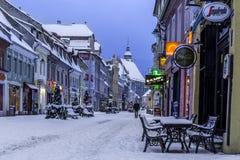 Brasov Transylvania, Rumänien - December 28, 2014: En sikt av en av de huvudsakliga gatorna i i stadens centrum Brasov Royaltyfri Foto