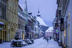 Brasov Transylvania, Rumänien - December 28, 2014: En sikt av en av de huvudsakliga gatorna i i stadens centrum Brasov Arkivbilder
