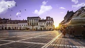 Brasov Transylvania, Rumänien - Juli 28, 2015: En sikt av en av de huvudsakliga gatorna i i stadens centrum Brasov Royaltyfria Bilder