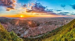 Brasov Transylvania, Rumänien - nedgång, 2014: En sikt av staden på solnedgången från det Tampa berget Arkivbild