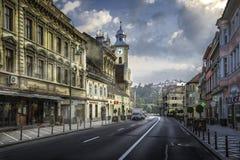 Brasov, Transylvania Rumunia, Lipiec, - 28, 2015: Widok jeden główne ulicy w w centrum Brasov zdjęcie stock