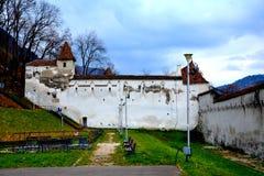 Brasov väggar av den gamla medeltida staden Arkivbild
