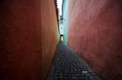 Brasov - Wąska ulica obraz stock