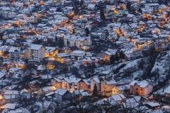 Brasov-Winterdämmerungsvogelperspektive Stockfoto