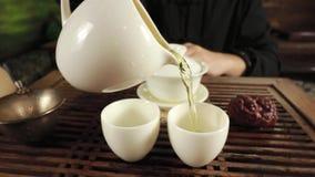 Brassage de thé de chinois traditionnel banque de vidéos