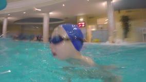 Brasse de natation d'enfant dans la piscine clips vidéos