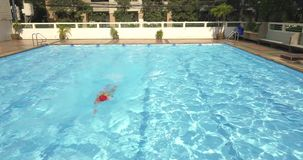 Brasse de natation d'homme d'athlète dans la piscine banque de vidéos