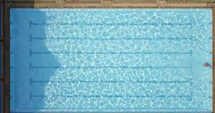 Brasse de natation d'homme d'athlète dans la piscine clips vidéos