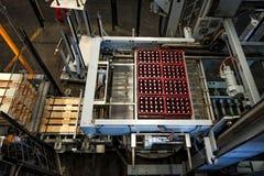 Brasserie de Budvar Budweiser Mettez le tri, le lavage et l'atelier en bouteille de bouteille à bière avec des ensemble-lignes Photos stock