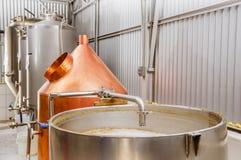 Brasserie moderne d'usine de bière, avec des bouilloires de brassage, des navires, des baquets et des tuyaux faits d'acier inoxyd image stock