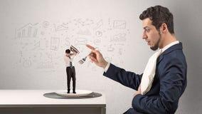 Brasseur d'affaires mangeant le petit employ? avec le concept gribouill? de diagrammes photographie stock libre de droits