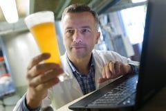 Brasseur en bière uniforme d'échantillon photos stock