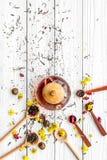 Brassez le thé aromatique Pot de thé près des cuillères en bois avec les feuilles de thé, les fleurs et les épices sèches sur le  photo libre de droits