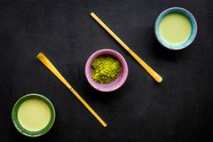 Brassez le thé vert de matcha Poudre de Matcha, thé prêt de matcha, bâtons sur la vue supérieure de fond noir image stock
