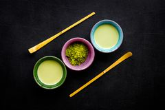 Brassez le thé vert de matcha Poudre de Matcha, thé prêt de matcha, bâtons sur la vue supérieure de fond noir photographie stock libre de droits