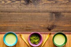 Brassez le thé vert de matcha Poudre de Matcha, thé prêt de matcha, batteur sur l'espace en bois foncé de copie de vue supérieure photographie stock libre de droits
