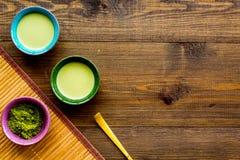 Brassez le thé vert de matcha Poudre de Matcha, thé prêt de matcha, batteur sur l'espace en bois foncé de copie de vue supérieure photos libres de droits
