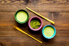 Brassez le thé vert de matcha Poudre de Matcha, thé prêt de matcha, batteur sur l'espace en bois foncé de copie de vue supérieure image stock