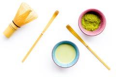 Brassez le thé vert de matcha Poudre de Matcha, thé prêt de matcha, batteur sur la vue supérieure de fond blanc images stock