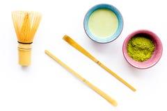 Brassez le thé vert de matcha Poudre de Matcha, thé prêt de matcha, batteur sur la vue supérieure de fond blanc photos stock