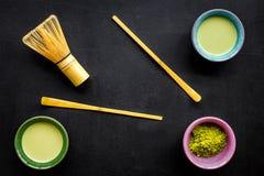 Brassez le thé vert de matcha Poudre de Matcha, thé prêt de matcha, batteur sur la vue supérieure de fond noir photographie stock libre de droits