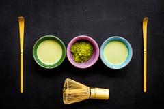 Brassez le thé vert de matcha Poudre de Matcha, thé prêt de matcha, batteur sur la vue supérieure de fond noir image libre de droits