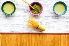 Brassez le thé vert de matcha Poudre de Matcha, thé prêt de matcha, batteur, tapis de table en bambou sur la vue supérieure de fo photos stock