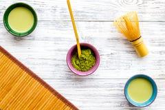 Brassez le thé vert de matcha Poudre de Matcha, thé prêt de matcha, batteur, tapis de table en bambou sur la vue supérieure de fo image stock