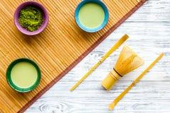 Brassez le thé vert de matcha Poudre de Matcha, thé prêt de matcha, batteur, tapis de table en bambou sur la vue supérieure de fo photos libres de droits
