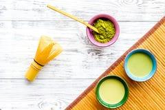 Brassez le thé vert de matcha Poudre de Matcha, thé prêt de matcha, batteur, tapis de table en bambou sur la vue supérieure de fo images libres de droits