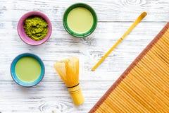 Brassez le thé vert de matcha Poudre de Matcha, thé prêt de matcha, batteur, tapis de table en bambou sur la vue supérieure de fo photographie stock