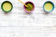 Brassez le thé vert de matcha Poudre de Matcha, thé prêt de matcha sur l'espace en bois blanc de copie de vue supérieure de fond images stock