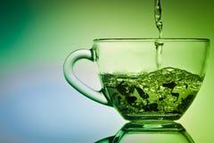 Brassez un thé dans petit une cuvette photo libre de droits