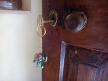 brasswares maravilhosos e bonitos com etiqueta chave imagens de stock