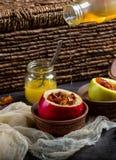 Bratäpfel, die Honig mit Nüssen und getrockneten Beeren gießen Lizenzfreies Stockbild
