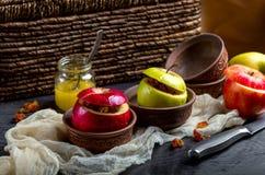 Bratäpfel nieselten mit Honig mit Nüssen und trockneten Beeren Lizenzfreies Stockbild