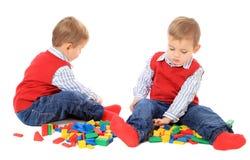 Brat bliźniak bawić się z blokami Fotografia Stock