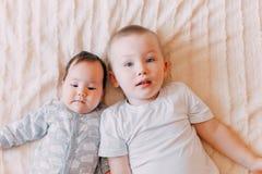 Brat i jego rozochocony małej siostry lying on the beach na łóżkowej dziewczynie ziewamy zdjęcia royalty free